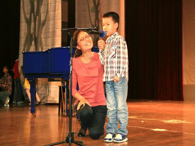 陆维蕾与儿子赵宇成唱歌《虫儿飞》