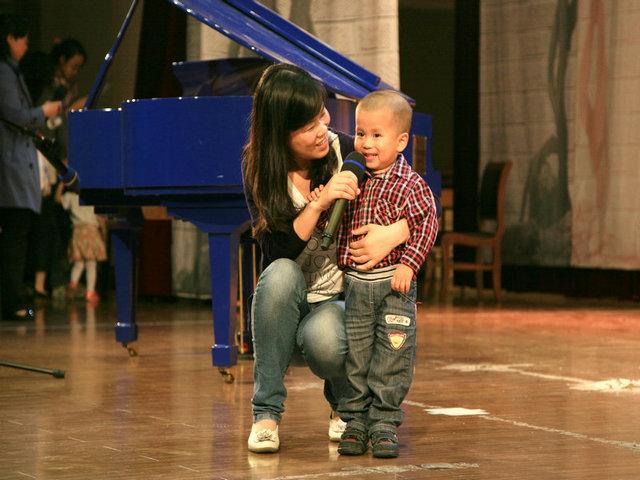 陆维蕾与儿子赵宇成唱歌《虫儿飞》   吴兆华与女儿吴可欣